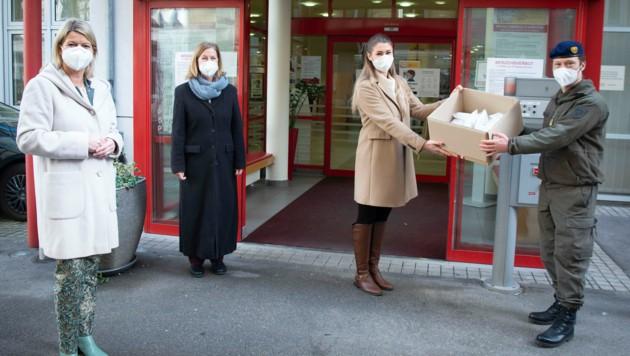 Ministerin Klaudia Tanner (li) bei der Übergabe von FFP2-Masken durch das Bundesheer an ein Pflegeheim in Wien (Bild: HBF/Pusch)