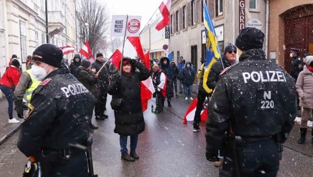 """In NÖ sind für das Wochenende wieder zahlreiche Demonstrationen – wie hier in Baden – angemeldet . Die heimische Polizei setzt wie bisher auf das große Prinzip der """"gewaltfreien Problemlösung"""". (Bild: Judt Reinhard)"""