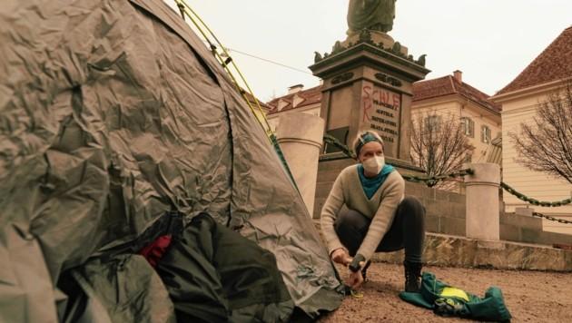 Lisa Rücker beim Aufbau der Zelte. (Bild: Sepp Pail)
