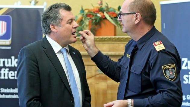 Landesrat Günther Steinkellner nicht beim Corona-, sondern beim Drogentest. (Bild: Denise Stinglmayr)