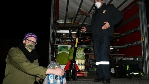 Noch in der Nacht wurden letzte Hilfsgüter verladen. (Bild: Huber Patrick)