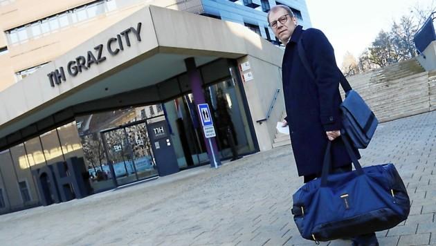 Hotelgast Werner Hacker checkt in Graz ein (Bild: Christian Jauschowetz)