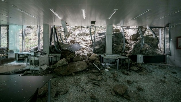 Völlige Verwüstung im Saal des Hauses der Stadtgeschichte nach dem massiven Steinschlag. (Bild: Wild + Team Fotoagentur GmbH)