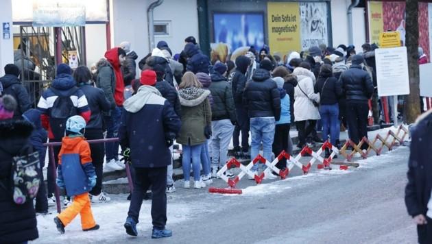 """Bereits am vergangenen Wochenende war der Besucherandrang vor dem """"Eiszauber"""" enorm (Bild: Tschepp Markus)"""