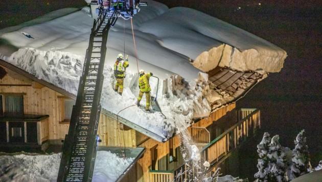 Dieses Dach befreiten Osttiroler Feuerwehren vom Schnee. (Bild: Brunner Images | Philipp Brunner | www.brunner-images.at)