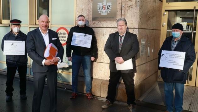 Unterstützung für Ex-Betriebsrat Richard Brandl (2. v. re.) und Rechtsanwalt Johannes Bügler (2. v. li.) vor der Verhandlung. (Bild: Zwefo)