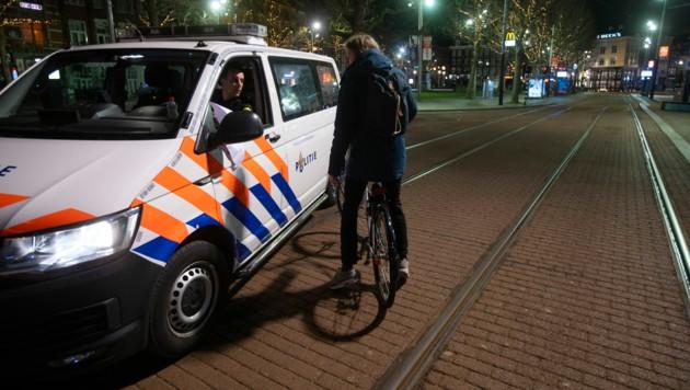 Die Polizei in den Niederlanden kontrolliert die Einhaltung der nächtlichen Ausgangssperre. (Bild: AP)