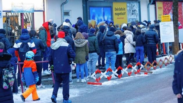 Salzburg, großer Andrang auf den Eislaufplatz Volksgarten Eisarena (Bild: Markus Tschepp)