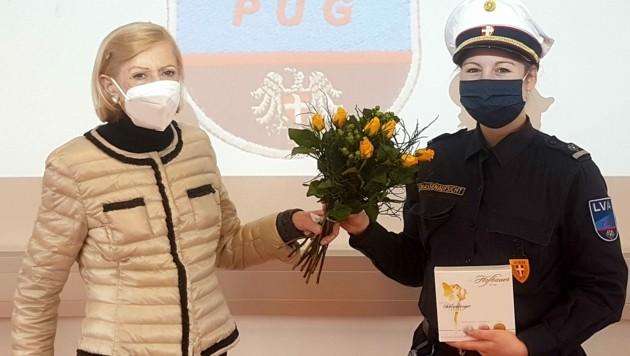 Blumen als Dank: Edith G. mit ihrer Lebensretterin Patricia V. (Bild: LPD Wien)