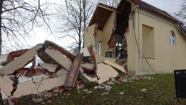Zerstörung überall: In Novo Selo Glinsko stürzte sogar der Kirchturm ein. (Bild: FF Neudorf / Burgenland)