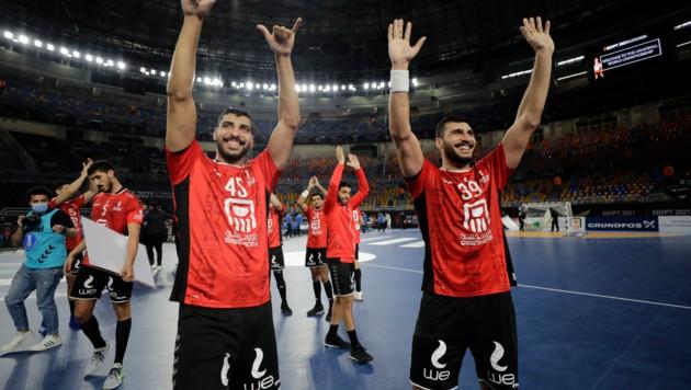 Ägyptens Spieler Seif Mohamed Elderaa (L) und Yehia Elderaa feiern den Einzug ins Viertelfinale. (Bild: AFP/Mohamed Abd El Ghany)