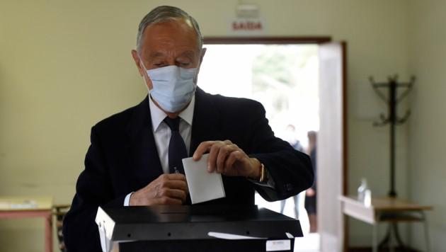 Präsident Marcelo Rebelo de Sousa bei der Stimmabgabe am Sonntag (Bild: AFP/Miguel Riopa)