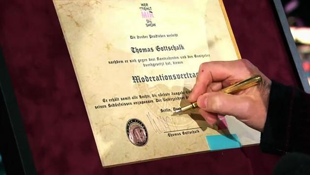Thomas Gottschalk unterschreibt seinen Vertrag. (Bild: ProSieben)