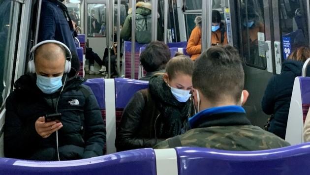 Die Maskenpflicht in der Pariser U-Bahn ist bereits obligatorisch - nun soll auch geschwiegen werden. (Bild: AFP/Martin BUREAU)