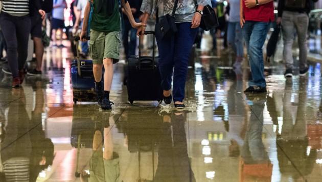 Reisende gehen am 22.6.2017 durch den Hauptbahnhof in Hannover (Niedersachsen). Nach starken Regenfällen stand Regenwasser im Hauptbahnhof und sorgte für Verspätungen im Bahnverkehr. (Bild: APA/dpa/Silas Stein)