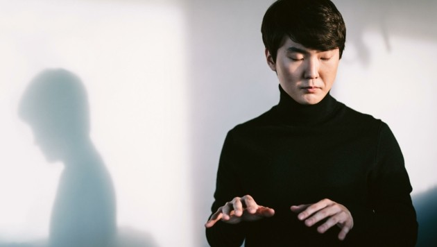 Volle Konzentration vor einer ehrenvollen Aufgabe: Der in Paris ausgebildete Pianist Seong-Jin Cho ist der erste Mensch, der das neue Stück von Mozart in der Öffentlichkeit aufführen darf. (Bild: Stiftung Mozarteum/Christoph Koestlin)