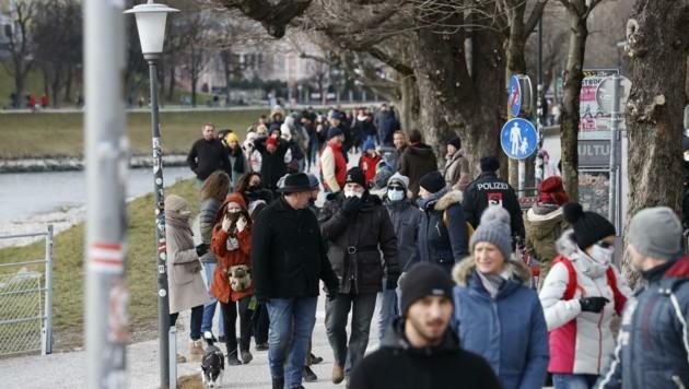 Rund 450 Demonstranten machten am Sonntag ihrem Ärger bei dem nicht genehmigten Spaziergang Luft. (Bild: Tschepp Markus)
