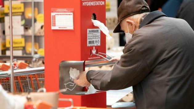 Seit Montag sind FFP2-Masken in Österreich auch beim Einkaufen in Supermärkten vorgeschrieben. (Bild: AFP )