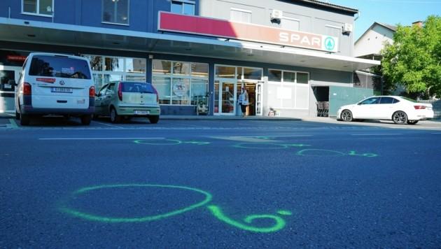 Die Markierungen auf dem Boden zeugen von der Schießerei. (Bild: Pail Sepp)