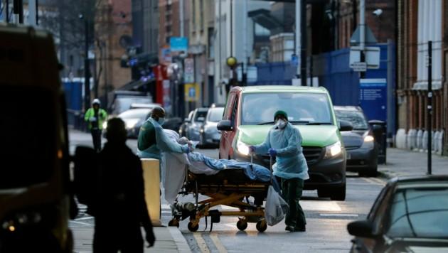 Großbritannien erreichte laut der Regierung in London den traurigen Meilenstein von mehr als 100.000 Covid-Toten. (Bild: AP)