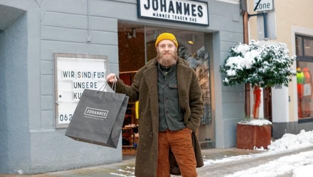 Johannes Weißenbacher vor seinem Laden. Kleidung mitgenommen und nicht bezahlt hat noch niemand. (Bild: Markus Tschepp)