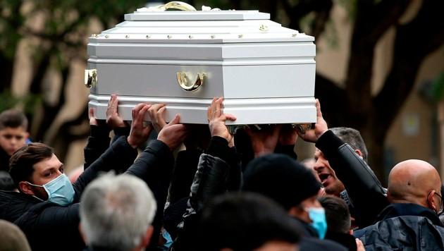 Die Zehnjährige auf dem Weg zu ihrer letzten Ruhestätte in Palermo (Bild: LAPRESSE)