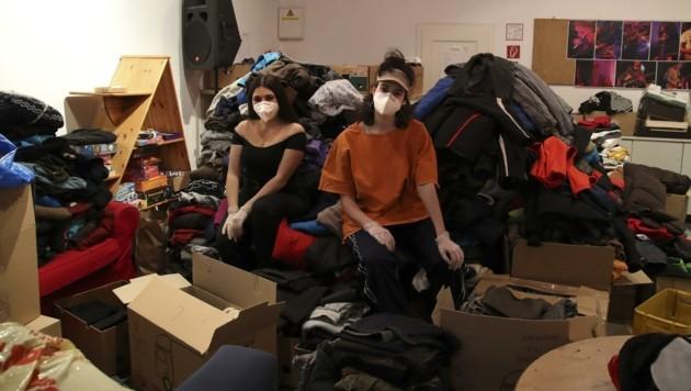 Sophie Berghäuser und Clea Eliasch sortieren und verpacken bereits seit Tagen die unzähligen gespendeten Jacken, Schuhe, Decken und Schlafsäcke. (Bild: Tröster Andreas)