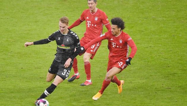 Philipp Lienhart (li.) im Duell mit den Bayern-Stars Robert Lewandowski und Leroy Sane (Bild: GEPA )