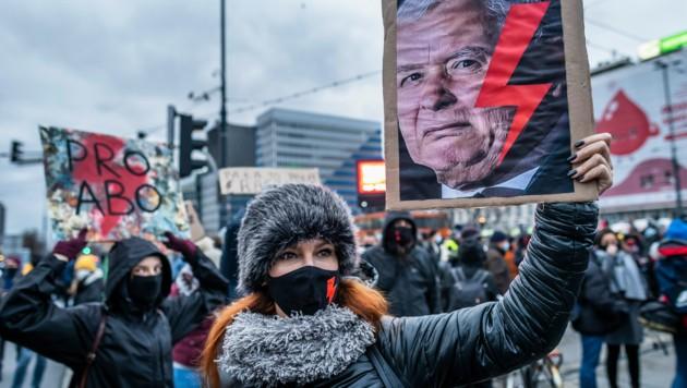 Protestkundgebungen gegen die Verschärfung des Abtreibungsrechts in Warschau (Bild: AFP)