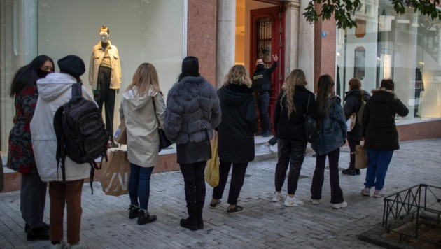 Nach den Lockerungen stürmten die Menschen die Geschäfte. (Bild: AP)