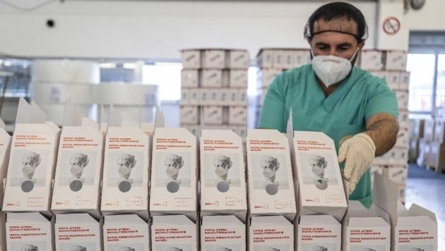 Zehn Millionen FFP2-Masken stellt die Gemeinschaftsfirma von Lenzing und Palmers pro Monat her. Das Firmengebäude trägt den Schriftzug des Textilkonzerns. (Bild: Hygiene Austria)