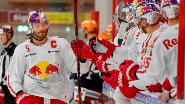 Triplepack in Linz: Bulls-Kapitän Tom Raffl (li.). (Bild: Dostal Harald)