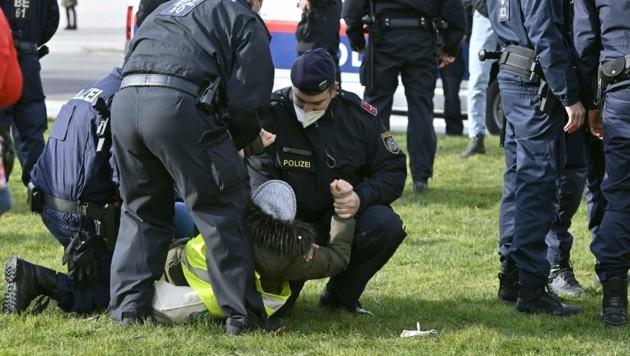 Eine Aktivistin und Polizisten (Bild: APA/Herbert Neubauer)