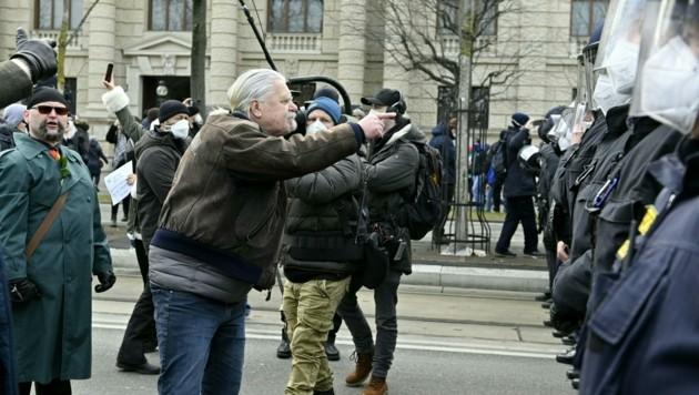 Bei den Corona-Demos wird die Wut der Protestierenden oft auf die Polizei entladen. (Bild: APA/Herbert Neubauer)