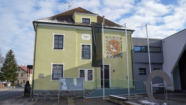 Vor dem Gemeindeamt in Hohenzell weht die schwarze Fahne. (Bild: Scharinger Daniel)
