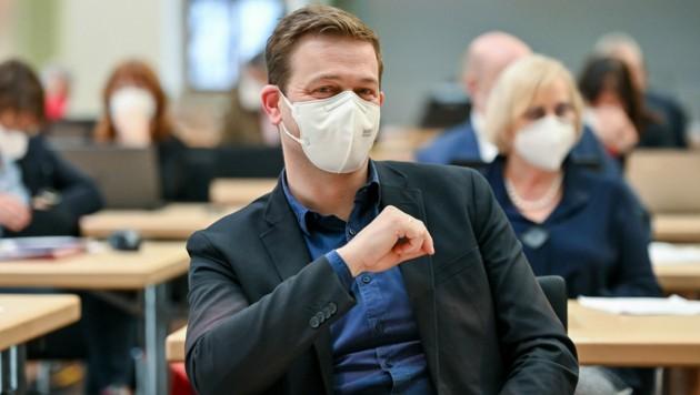 LR Stefan Kaineder (Die Grünen), wegen Maske kaum erkennbar... (Bild: © Harald Dostal)
