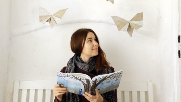 Autorin und Illustratorin Doris Karner mit ihrem neuesten Kinderbuch. (Bild: Doris Karner)