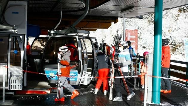 Auch Urlauber aus dem In- und Ausland mischen sich unter die Skifahrer in Salzburg. Erlaubt ist das nicht, hohe Strafen drohen. (Bild: Gerhard Schiel)
