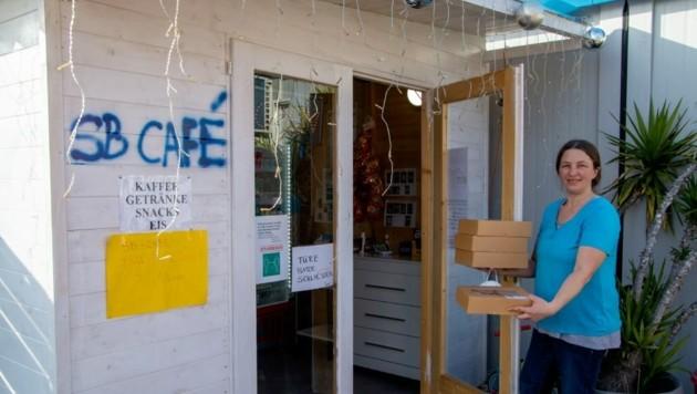 Maria Bauer bestückt täglich mehrmals ihr SB-Café mit Süßem. (Bild: Charlotte Titz)