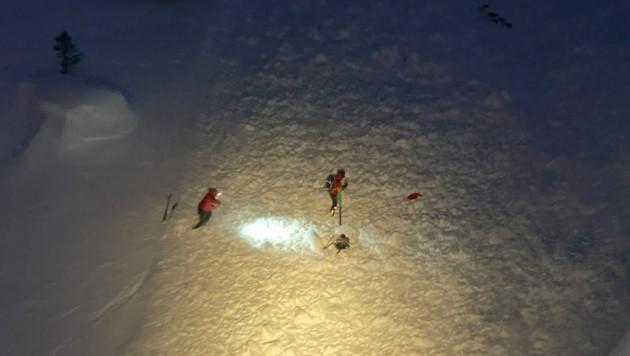 Eine Lawine im Sellraintal forderte am Wochenende zwei Todesopfer. Bergretter bei der schwierigen Suche. (Bild: zeitungsfoto.at)