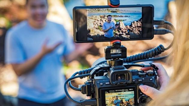 Das Xperia Pro verfügt über einen HDMI-Anschluss und kann als Zusatz-Monitor, Speichermedium, 5G-Sendeanlage und Powerbank an der Kamera dienen. (Bild: Sony)