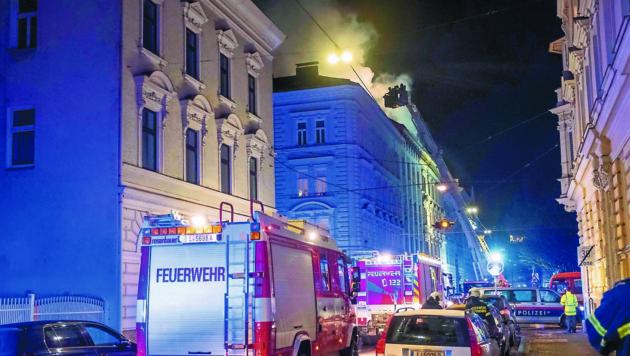 Brand eines Dachstuhls am 23. Dezember in Linz in der Südtirolerstraße. (Bild: Horst Einöder/Flashpictures)
