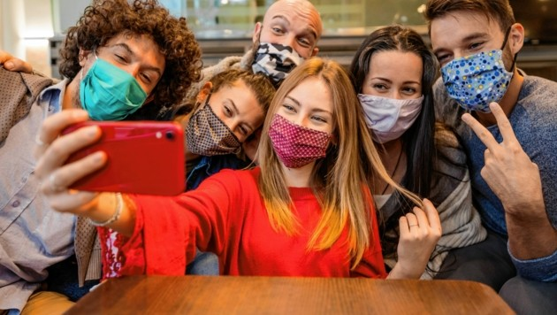 Treffen mit den Freunden beim Wirt - das darf man jetzt noch nicht. Sonst gibt es eine Anzeige. (Bild: Davide Angelini - stock.adobe.com)