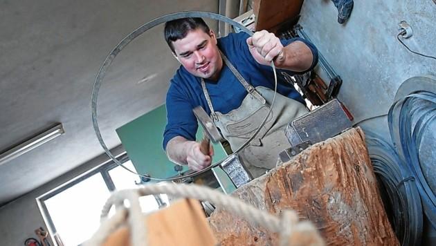 Josef Korenjak (37) bei der Arbeit in der Binderwerkstätte. (Bild: Evelyn Hronek Kamerawerk)