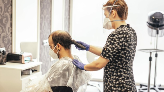 Künftig geht es zum Friseur und anderen körpernahen Dienstleistern nur noch mit negativem Corona-Test und FFP2-Maske. (Bild: stock.adobe.com)