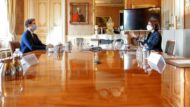 Staatssekretär Clément Beaune beim Gedankenaustausch mit EU-Ministerin Karoline Edtstadler (Bild: BKA/Hans Hofer)