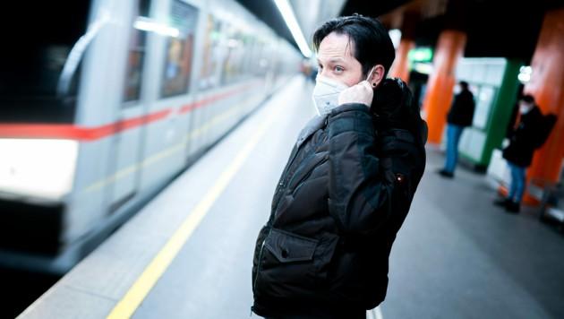 Seit 25. Jänner gilt im öffentlichen Verkehr der Wiener Linien das verpflichtende Tragen von FFP2-Masken. (Bild: APA/GEORG HOCHMUTH)