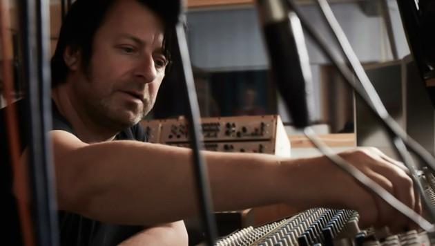 Der Studiomann und Musikproduzent Arno Wagenhofer in seinem Element (Bild: A. Hechenberger)