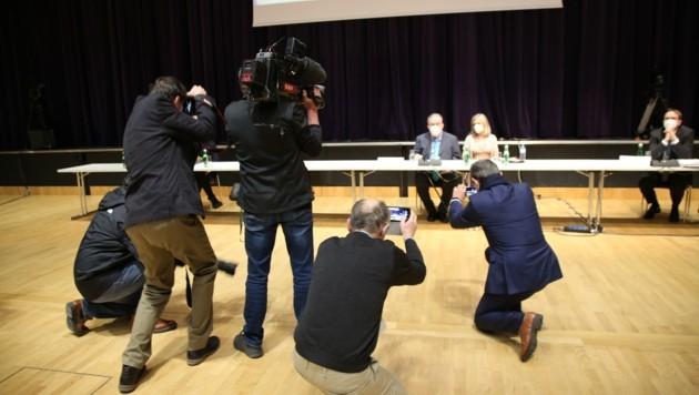 Das Medieninteresse am Auftritt des Ex-Bankers mit seiner Frau war groß. (Bild: Grammer Karl)
