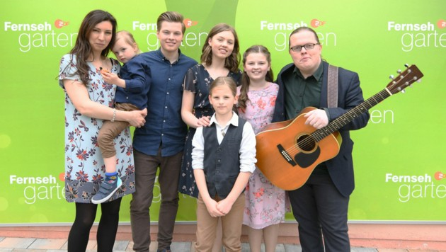 """Angelo Kelly mit seiner Familie nach einem Auftritt im ZDF-""""Fernsehgarten"""" 2019 (Bild: Zengel, Dirk / Action Press / picturedesk.com)"""